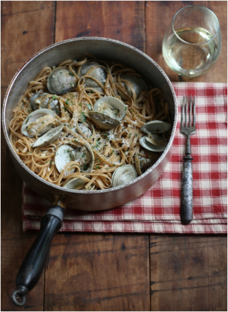 Clams-and-Linguine-in-a-White-Wine-Sauce